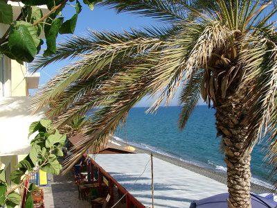 Blick auf die Uferpromenade in Mirtos