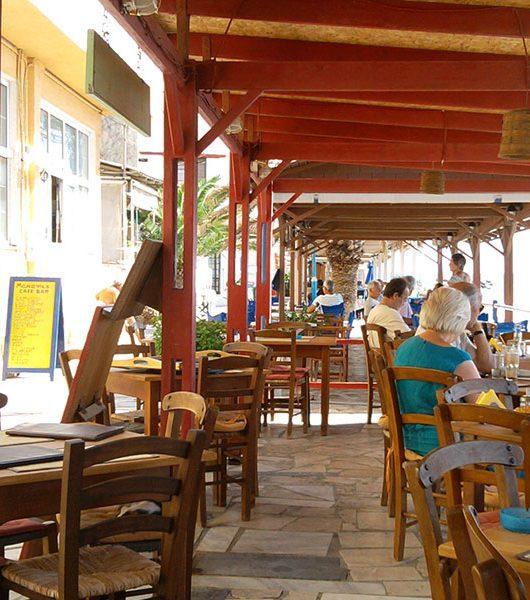 Taverne an der Uferpromenade in Mirtos