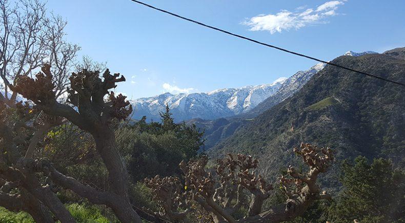 Blick auf die weißen Berge von Lappa aus