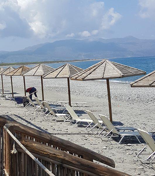 Strand wird steinfrei gemacht