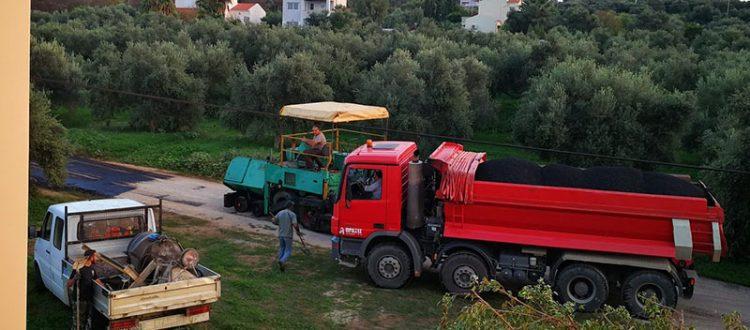 Straßenbaumaschinen im Olivenhain