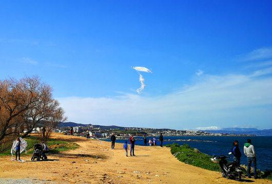 Drachen steigen am Agioi Apostoloi Beach