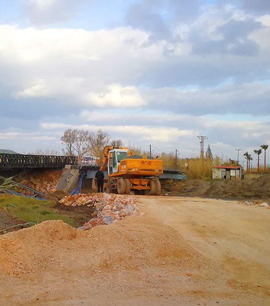 Bau der provisorischen Brücke bei Platanias