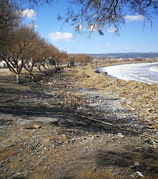 Strand in Tavronitis nach dem Sturm
