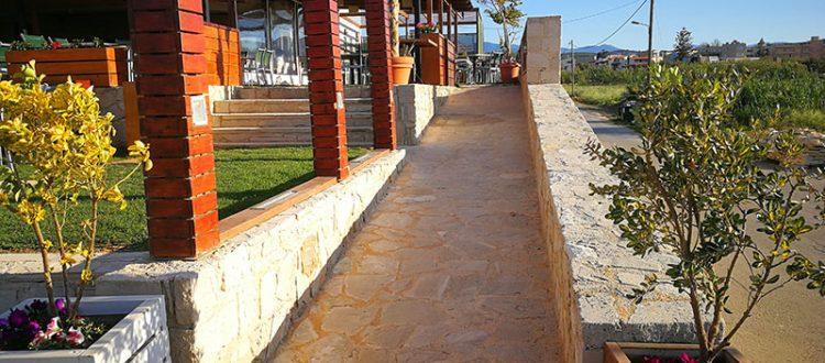 Barrierefreier Zugang zur Strandbar Menta in Maleme