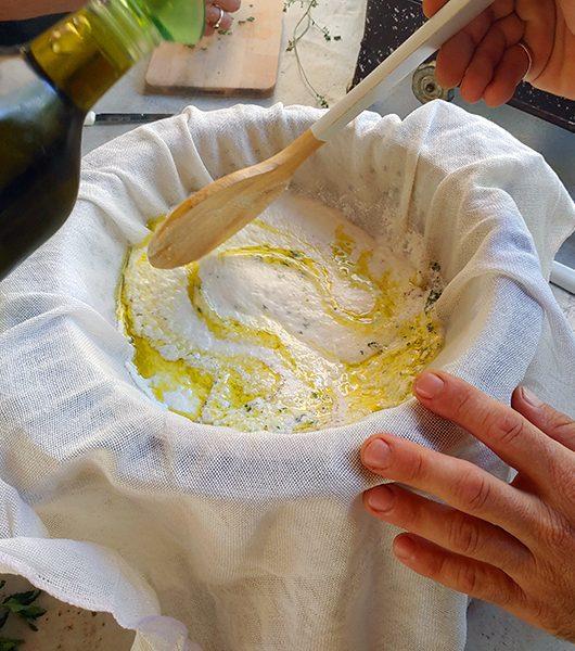 Olivenöl gehört in den Ziegenkäse
