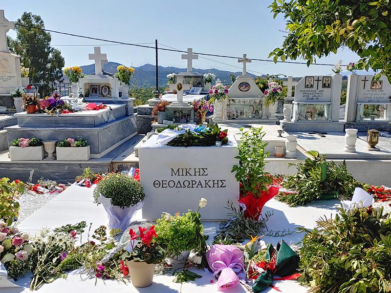 Grab von Mikis Theodorakis in Galatas